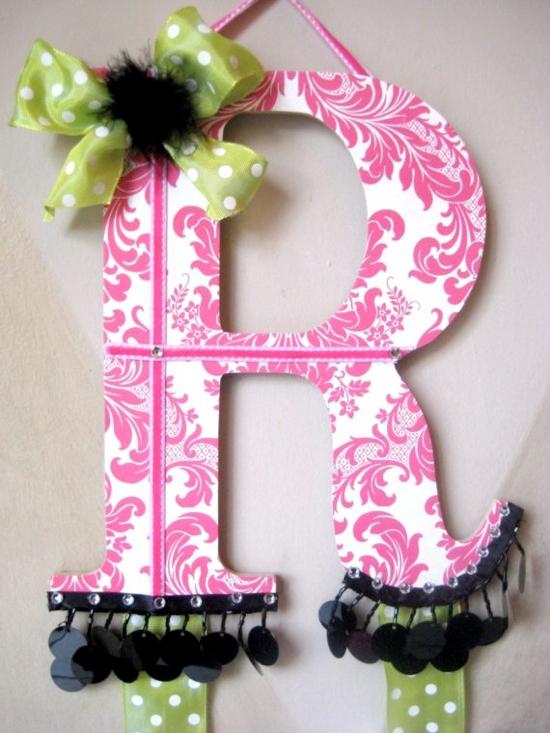 Lots of cute hair bow holder ideas!